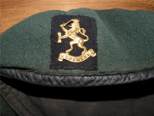 10IA Commando-.2 Dutch Troop Beret and cap badge (2)