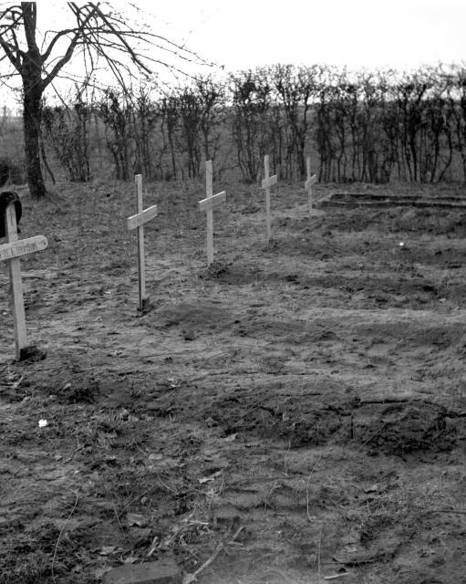 Original graves of Pte Eric Thomson No.6 Cdo. and others