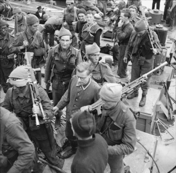 No. 4 Commando with German prisoner after Dieppe
