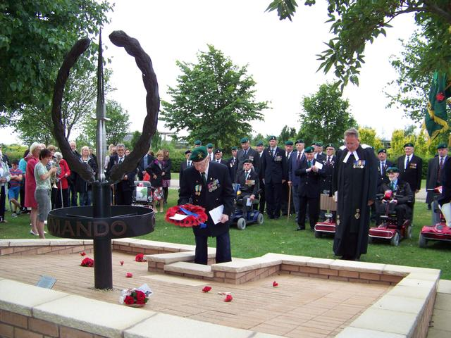 Edward Redmond, No.5 Commando, places a wreath.