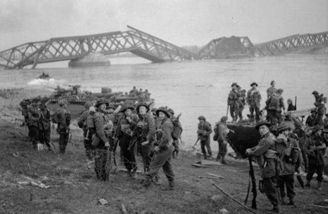 Men of the 1st Cheshires land in support of 1st Commando Bde at Wesel