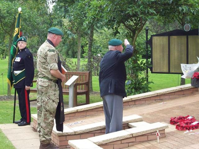 Roy Cadman, No.3 Commando, lays the Wreath