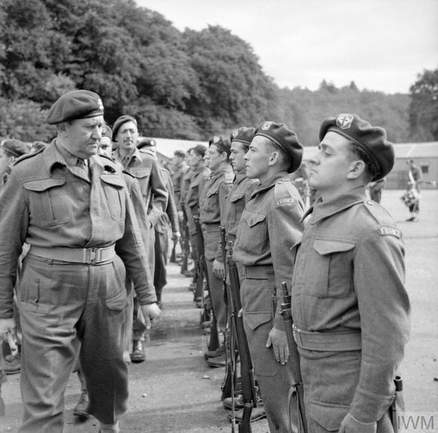 Lt Col Charles Vaughan inspects French Cdos